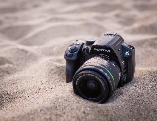 Pentax K-30 хорошо защищен от песка и воды